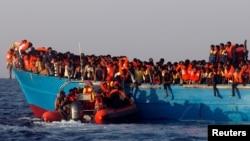 Tàu cứu hộ tiếp cận tàu chở di dân đến từ Eritrea, ngoài khơi bờ biển Libya ở Địa Trung Hải, ngày 29/8/2016.