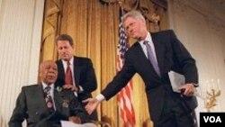 Mantan Presiden Clinton and Wapres Al Gore bersama Herman Shaw, 94, dalam sebuah konferensi pers 16 Mei 1997, meminta maaf kepada korban riset di Tuskegee.