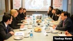10일 미국 워싱턴 국제스페셜올림픽 본부를 방문한 김영목 한국국제협력단(KOICA) 이사장(오른쪽)이 자넷 프로스터 국제스페셜올림픽 위원장과 면담하고 있다. (자료사진)