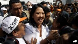 Ứng cử viên tổng thống Keiko Fujimori (giữa) của đảng chính trị Nhân dân Fuerza chào đón những người ủng hộ khi bà vận động tranh cử ở San Juan de Lurigancho, Peru, ngày 10 tháng 5 năm 2016.