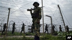 Pasukan penjaga perbatasan India melakukan patroli di perbatasan India-Pakistan di Kanachak, sekitar 15 kilometer dari Jammu (foto: dok). India dan Pakistan saling tuduh dalam insiden di perbatasan Kashmir.
