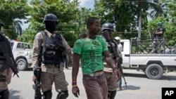 Lapolis ann Ayiti ki arete yon sispèk pandan yon desandelye nan Ti- Gwav. 18 septanm 2013.