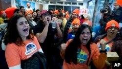 Manifetsan ki tap pwoteste devan biwo Sen. Dean Heller (R-Nev.), pou yo apiye pwogram DACA a ak TPS pou imigran. (Kongrè ameriken an, le 16 janvye 2018, nan Washington. (Foto: AP/Jose Luis Magana)