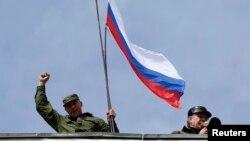 Российский флаг на крыше штаба ВМС Украины в Севастополе. 19 марта 2014г.