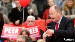 默克尔竞选对手社会民主党的史坦布律克2013年9月21日在德国法兰克福竞选集会上