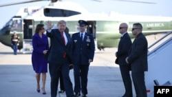"""川普總統和第一夫人梅拉妮亞在馬里蘭州的安德魯斯聯合基地準備登上""""空軍一號"""",開始亞太之旅。(2017年11月3日)"""