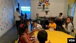 Los niños en este comedor no solo reciben ayuda en alimentación si no también en preparación académica.