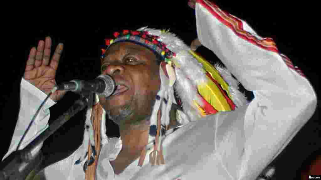 La légende de la musique Congolaise Papa Wemba lors de son premier concert à Kinshasa, le 26 juin 2004.