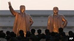 북한 평양 만수대에 세워진 김일성(왼쪽), 김정일 동상.