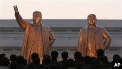 북한 평양 만수대에 세워진 김일성(왼쪽), 김정일 동상. (자료사진)