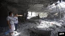 Người Libya kiểm tra thiệt hại bên cạnh 1 tên lửa chưa nổ tại nhà ông Gadhafi ở Tripoli, Libya, 1/5/2011