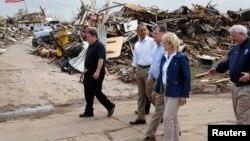 美國總統奧巴馬(左二)星期日在奧克拉荷馬城的摩爾鎮視察受龍捲風襲擊的地區。