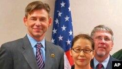 刘姗姗(中)今年六月代表台湾捐赠五万美元慰问密州灾民