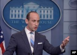 白宫高级政策顾问斯蒂芬·米勒(Stephen Miller)在白宫简报会上(2017年8月2日)