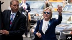 បេក្ខជនប្រធានាធិបតីគណបក្សប្រជាធិបតេយ្យលោកស្រី Hillary Clinton ដើរចេញពីផ្ទះរបស់កូនស្រីអ្នកស្រីកាលពីថ្ងៃអាទិត្យទី១១ កញ្ញា ២០១៦។