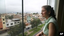 لوری بیرنسن لیما، پیرو میں اپنی رہائش گاہ سے باہر دیکھ رہی ہیں۔ (فائل فوٹو)
