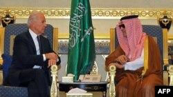 جو بائیڈن 2011 میں بطور نائب صدر سعودی عرب کے دورے کے دوران اس وقت کے سعودی وزیرِ خارجہ سعود الفیصل سے ملاقات کر رہے ہیں۔ (فائل فوٹو)