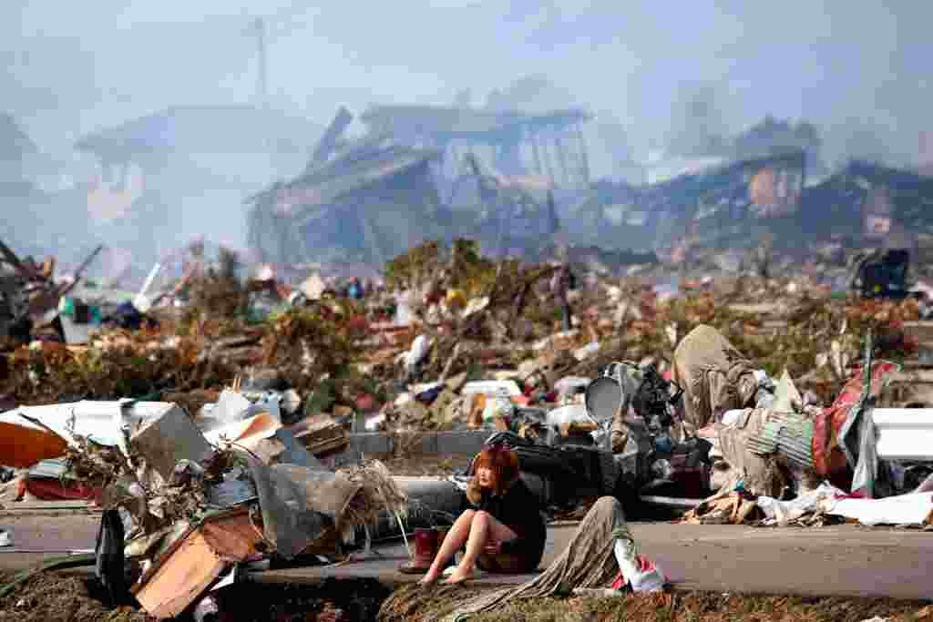 Una mujer llora en la destruida ciudad de Natori, al norte de Japón, marzo 13, 2011.