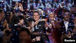 Ca sĩ Trent Harmon, người thắng cuộc mùa giải cuối của chương trình 'American Idol' ăn mừng chiến thắng trong đêm chung kết ở Hollywood, California, ngày 7 tháng 4 năm 2016.