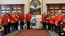 Le pape François, accompagné du Grand maître de l'Odre de Malte Matthew Festing, au Vatican, le 23 juin 2016