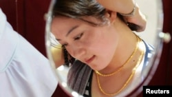 지난해 5월 중국 칭다오의 한 금은방에서 고객이 금목걸이를 고르고 있다. (자료사진)
