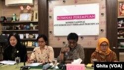 Komnas Perempuan dan LPSK dalam konferensi pers mendesak Presiden Joko Widodo Berikan Amnesti untuk Baiq Nuril, di Kantor Komnas Perempuan, Jakarta, Senin (8/7). (Foto: VOA/Ghita).