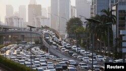 Suasana lalu lintas yang tetap padat di Jakarta saat diberlakukannya pembatasan di tengah pandemi Covid-19, 19 Mei 2020. (Foto: dok).