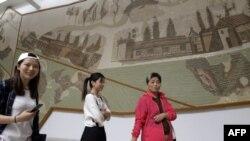 Les touristes visitent le musée du Bardo dans la capitale tunisienne Tunis, le 3 octobre 2018. (FETHI BELAID /AFP)