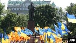 Участники торжественных мероприятий у памятника Тарасу Шевченко в Киеве 22 мая 2010г.