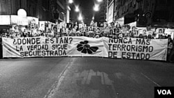 """Familiares de los desaparecidos piden por """"verdad y justicia"""" en una marcha realizada en 2008."""