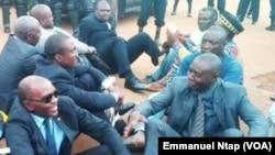 En lunettes noires, Sosthène Médard Lipot, Conseiller du Président du Mouvement pour la renaissance du Cameroun, le 29 mars 2016, lors d'une intervention musclée des forces de l'ordre venues interdire une conférence de presse au siège du MRC, le 6 mars 2