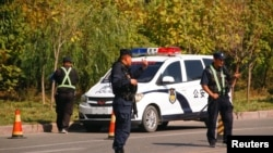 چینی پولیس 'پیشہ ورانہ تعلیمی تربیت' کے ایک مرکز کے باہر پہرہ دے رہی ہے