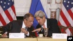 존 케리 미국 국무장관(오른쪽)과 세르게이 라브로프 러시아 외무장관이 9일 워싱턴 국무부 건물에서 열린 미-러 외교·안보장관 회담에서 대화하고 있다.