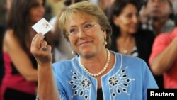 15일 열린 칠레 대통령 선거 결선투표에서 미첼 바첼레트 전 칠레 대통령이 투표를 하면 서 포즈를 취하고 있다.