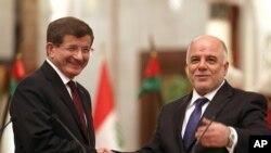 Thủ tướng Thổ Nhĩ Kỳ Ahmed Davutoglu (trái) và Thủ tướng Iraq Haider al-Abadi
