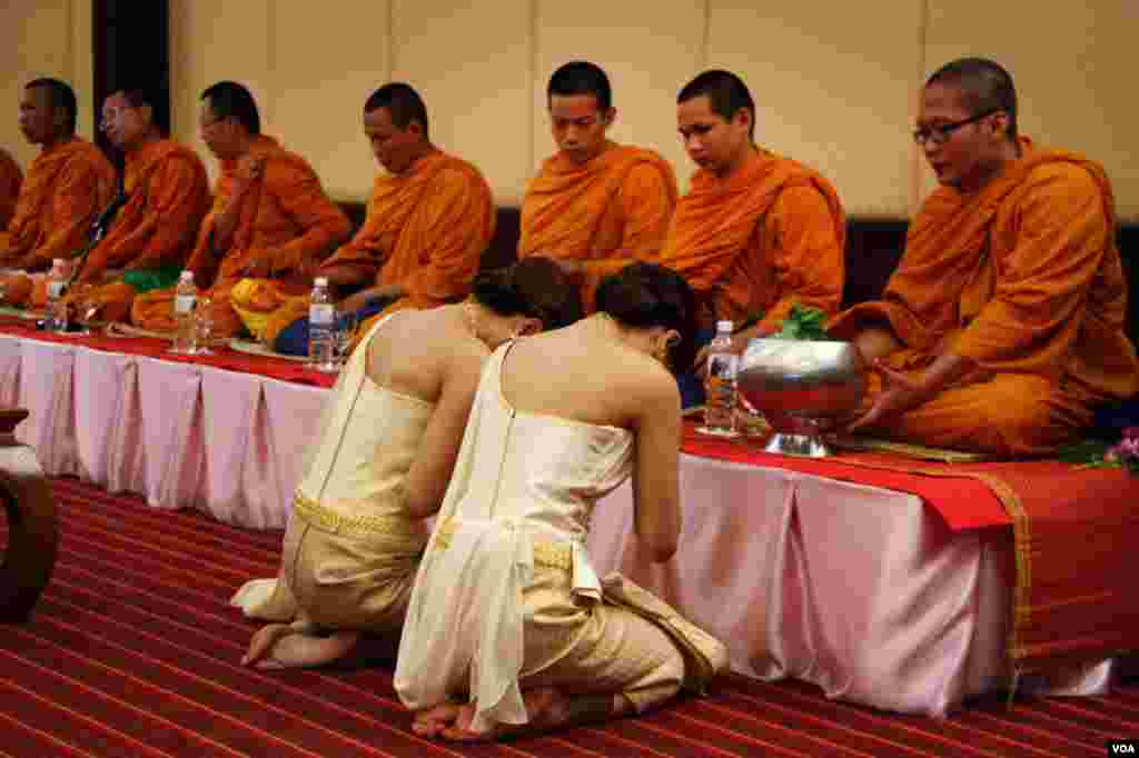 Buddhist monks bless the brides. (Daniel Schearf/VOA)