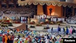 Katolici drže sveće tokom mise Pape Franje u parku Rizal u Manili na Filipinima, 18. januar, 2015.