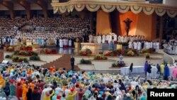 Umat Katolik memegang lilin dalam misa kudus yang dipimpin oleh Paus Fransiskus di Taman Rizal di Manila, Filipina, 18 Januari 2015.