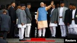 2014年8月3日印度总理纳伦德拉·莫迪(中)在加德满都