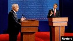 Respublikaçı prezidentliyə namizəd Con Makkeyn Demokrat namizəd Barak Obama ilə seçki debatında. Oksford, Mississippi, 26 sentyabr, 2008.