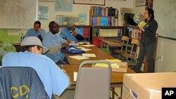 Para narapidana belajar di kelas di penjara San Quentin, di California, AS (foto: ilustrasi).