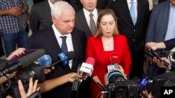 El presidente panameño, Ricardo Martinelli, y la ministra de Fomento de España, Ana Pastor, hacen declaraciones a la prensa.