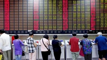 中国股民在上海一家交易所的电子屏幕前观看股市行情。 (2015年7月8日)