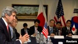 Menlu AS John Kerry (kiri) bertemu dengan Menteri-Menteri Luar Negeri China, Jepang dan Korea Selatan dalam forum ASEAN di Brunei Darussalam (1/7)/