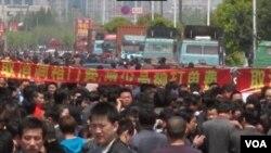 Para sopir truk di kota Shanghai melakukan protes atas berbagai pungutan (21/4).