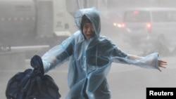 Žena trči po kišnoj oluji dok se približava tajfun Mangkhut, Shenzhen, Kina, 16. septembar 2018.