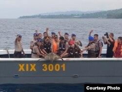 Seekor penyu sisik dilepaskan ke laut teluk Palu dari atas kapal Ditpolairud Polda Sulawesi Tengah (10/12/2019) Foto : Humas Polda Sulawesi Tengah