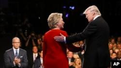 지난 9월 미국 뉴욕에서 열린 대선후보 토론회에서 당시 공화당 후보였던 도널드 트럼프 미 대통령 당선인(오른쪽)이 힐러리 클린턴 민주당 후보와 악수하고 있다.