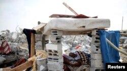 Palestinac u improvizovanom skloništu pored ruševina svoje kuće, za koju očevici kažu da je uništena u izraelskoj ofanzivi u Han Junisu 13. avgusta 2014.