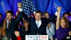 5일 미국 위스콘신 주 경선에서 승리한 공화당의 테드 크루주 후보(가운데)가 두 손을 높이 치켜들고 있다.